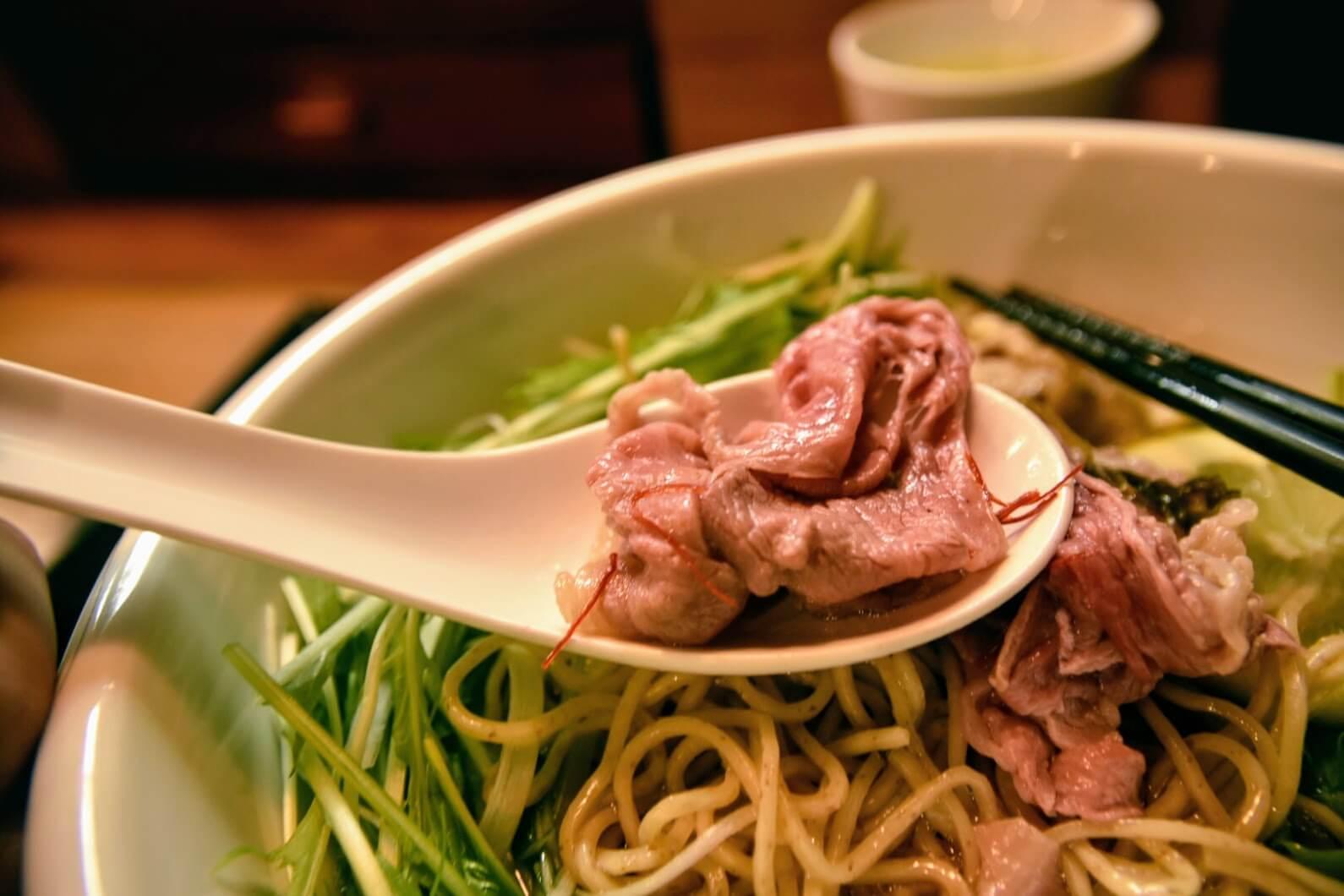 お肉を熱々のスープにしゃぶしゃぶとくぐらせる