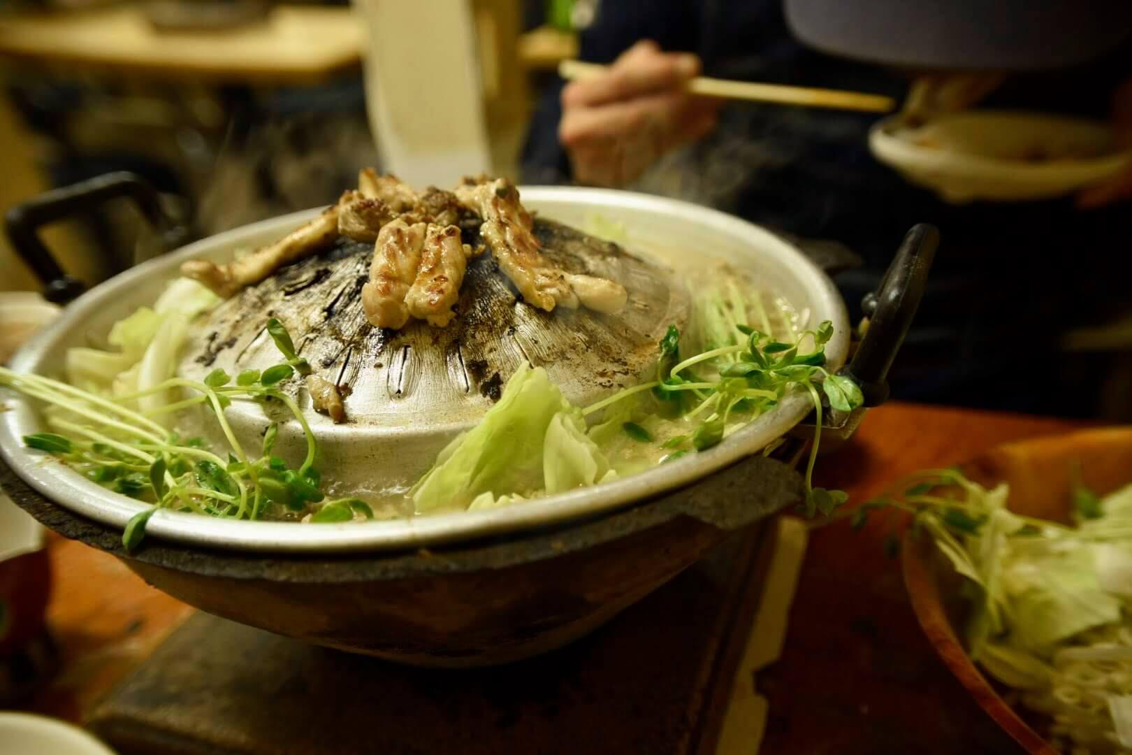 タイ式豚鍋に野菜投入