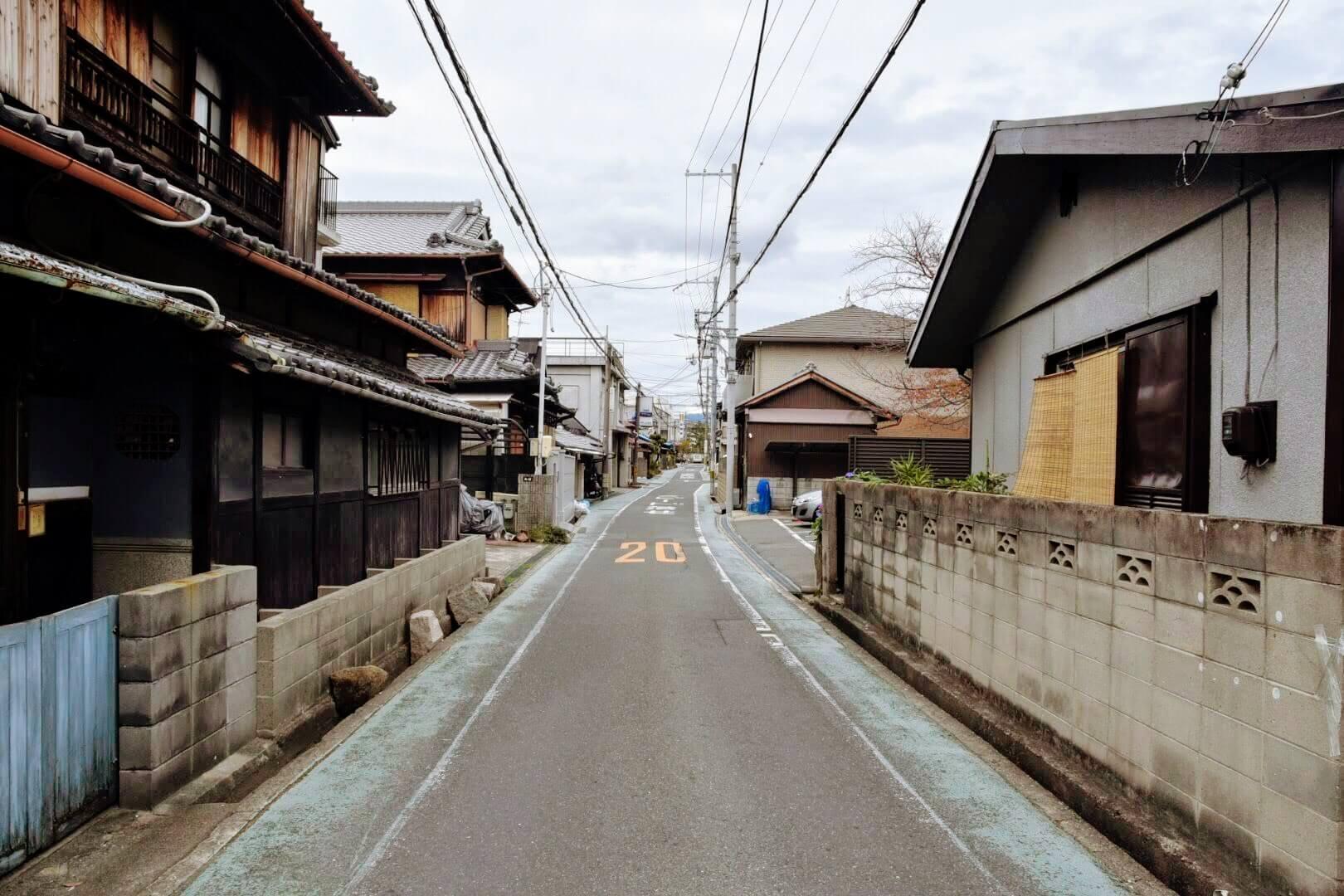 松竹堂 吹田山田本店は、この細い一方通行の道沿い