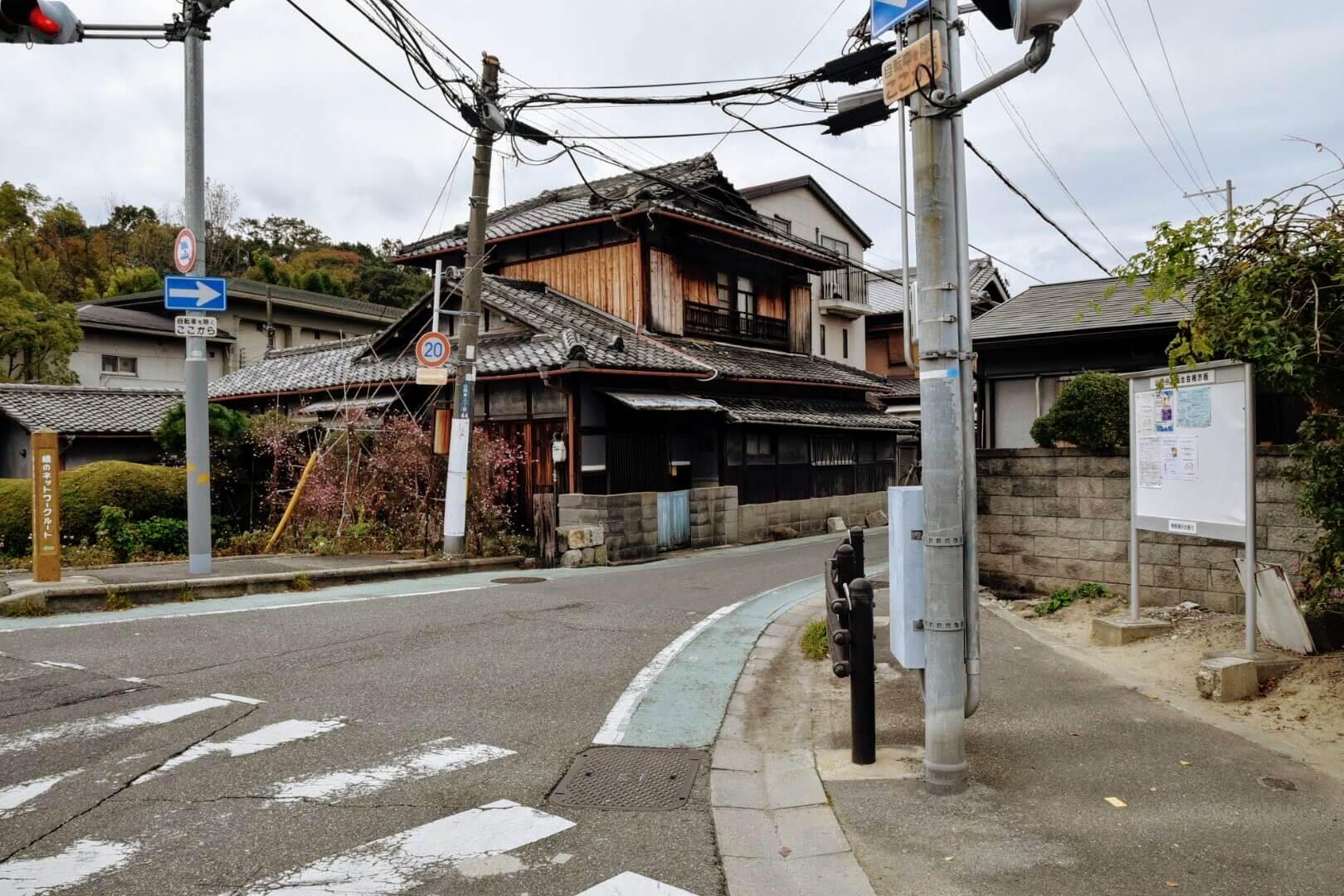松竹堂 吹田山田本店は伊射奈岐神社の横に見える道を入っていく