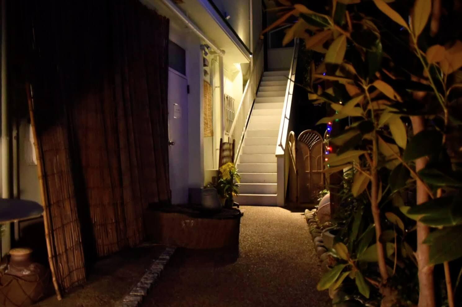 魚バル 眞の入口にある階段