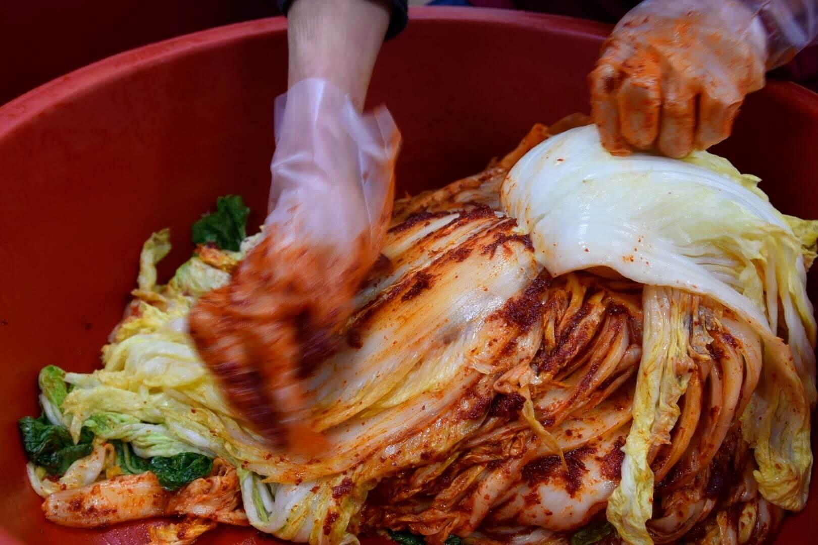 白菜一枚一枚に唐辛子を塗り込む