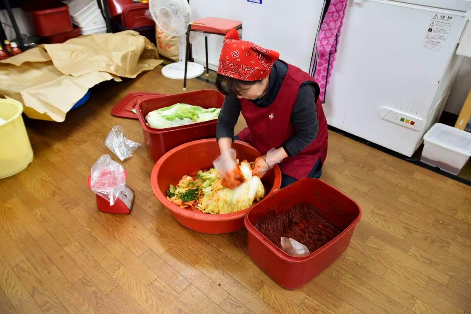 白菜キムチを作るオモニ