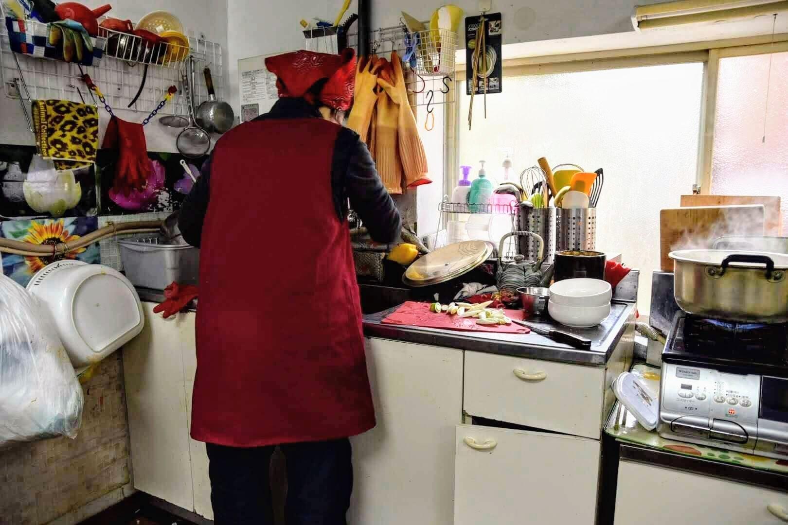 オモニがキッチン台で料理を作っている姿