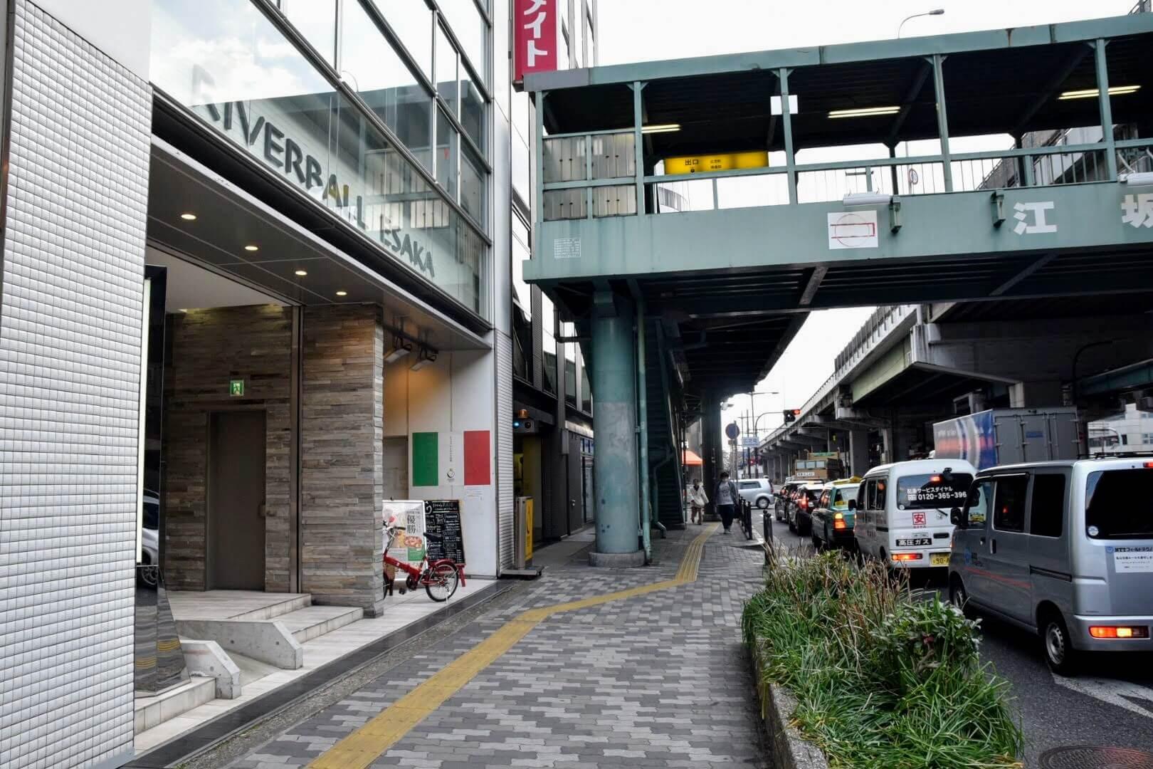 江坂駅の6番出口を北へ歩いてすぐの歩道