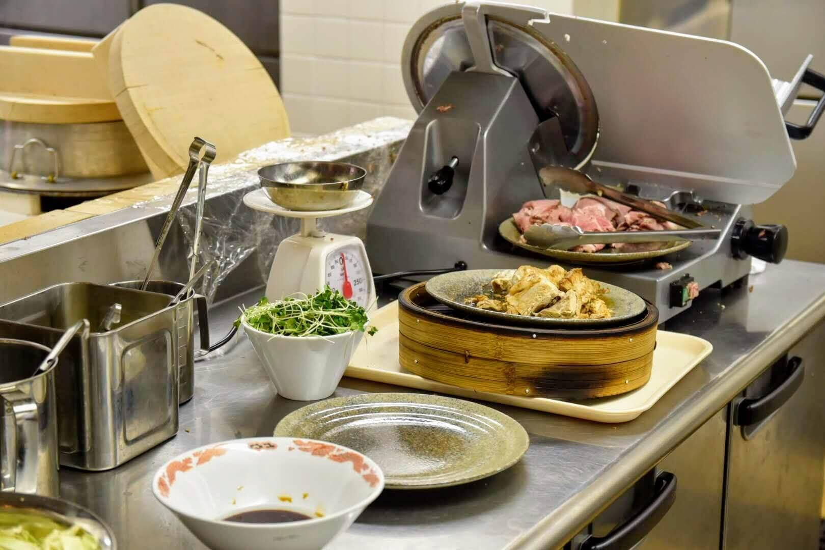 人類みな飯類の調理台