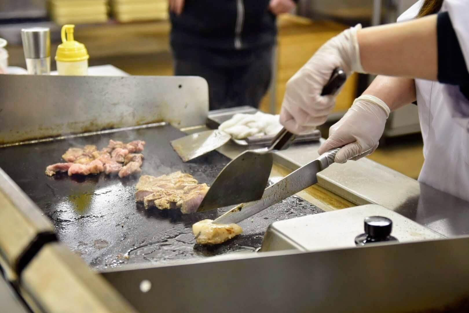 鉄板でステーキを焼いているシーン
