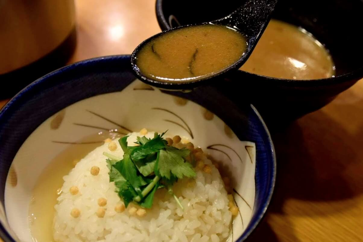 ご飯に魚介豚骨スープをぶっかけてるところ