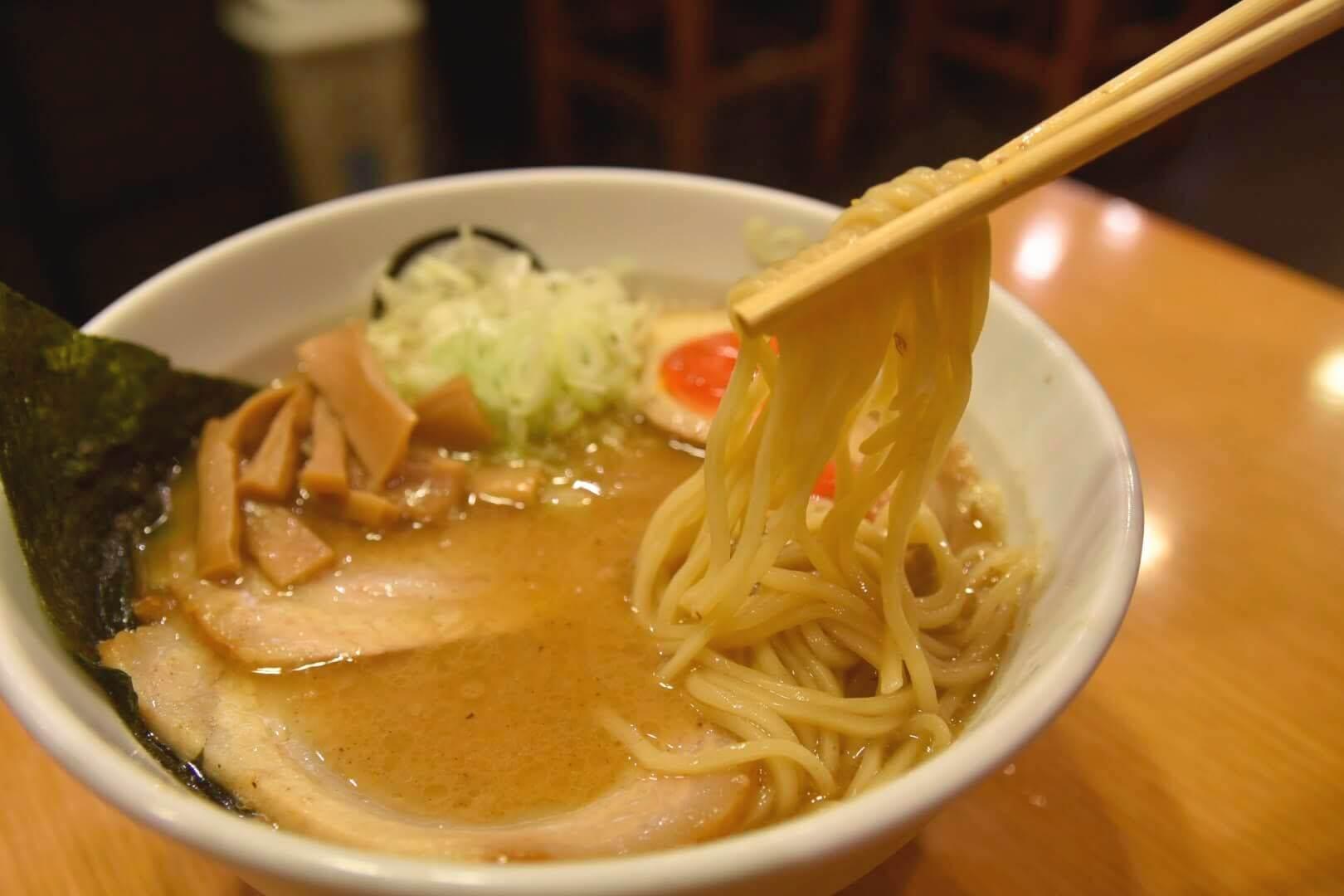 特製醤油らーめんの麺