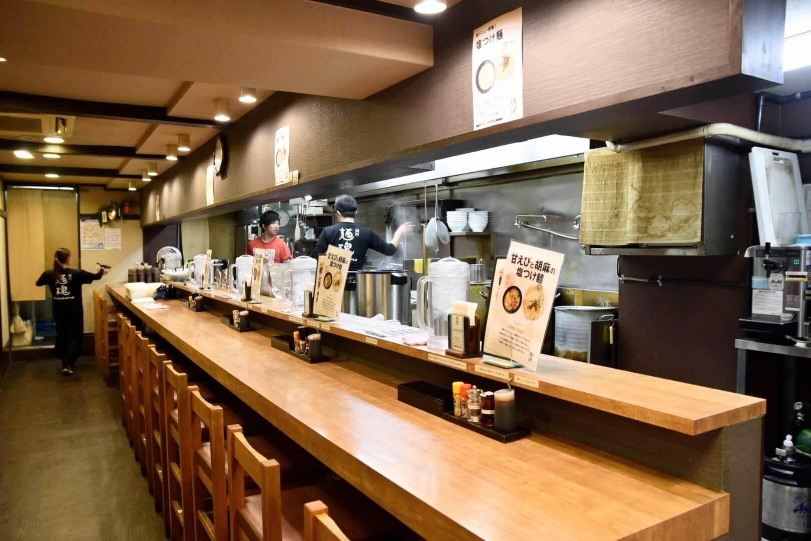 麺魂のカウンター席